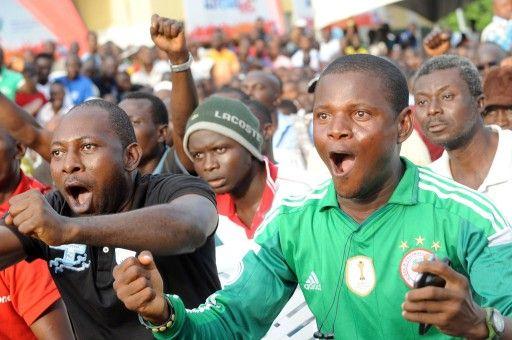 ナイジェリア・ラゴス(Lagos)でサッカーW杯ブラジル大会(2014 World Cup)のナイジェリア対アルゼンチンの試合を観戦する人たち(2014年6月25日撮影、資料写真)。(c)AFP=時事/AFPBB News