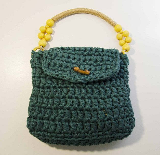 Borsa con fettuccia all'uncinetto di colore verde e manico in corda decorato. Interno foderato con tasca