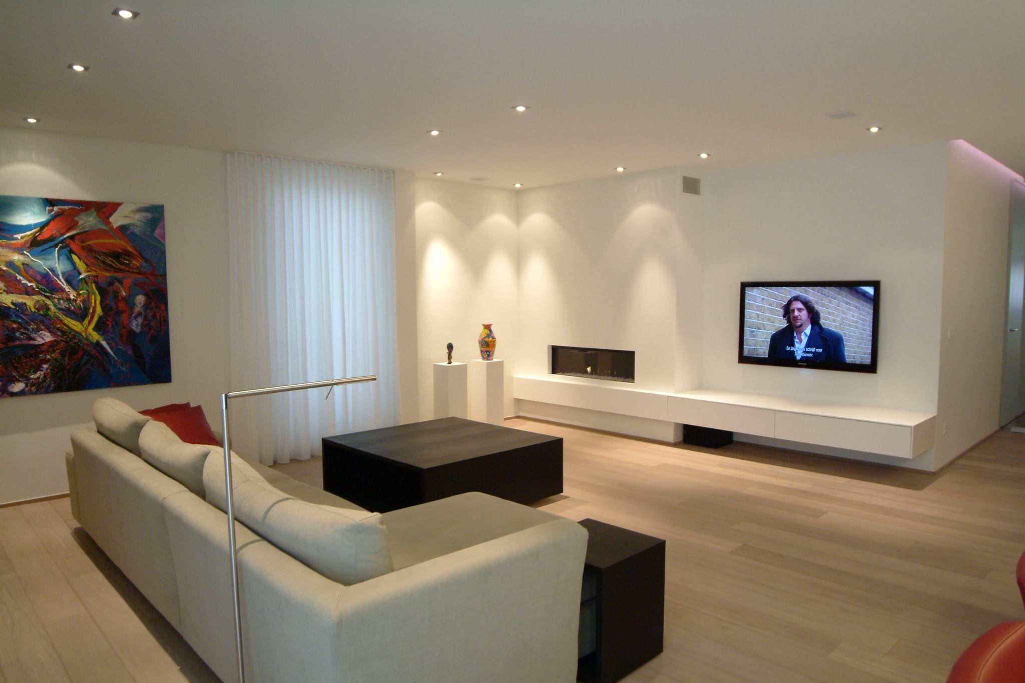 Modern interieur met inbouwkasten parketvloer in moderne living