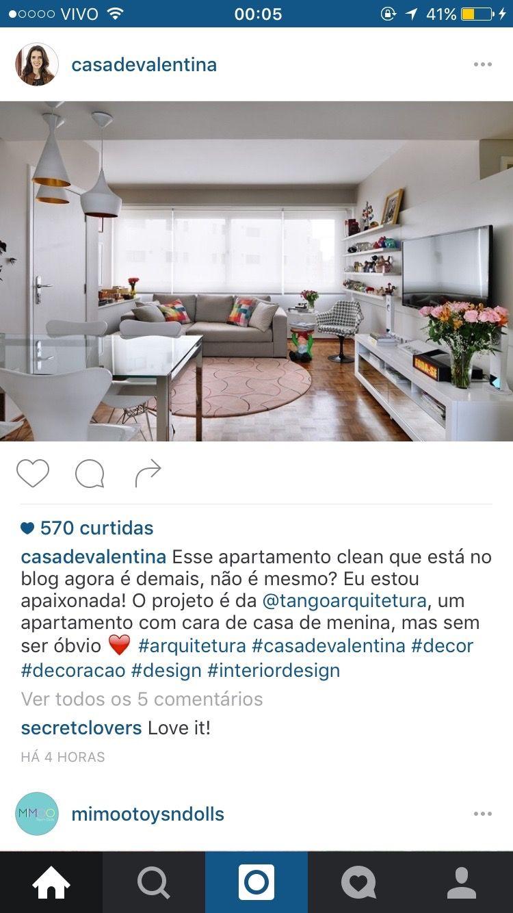 Sala clean, tapete redondo, cinza, luminária pendente cobre