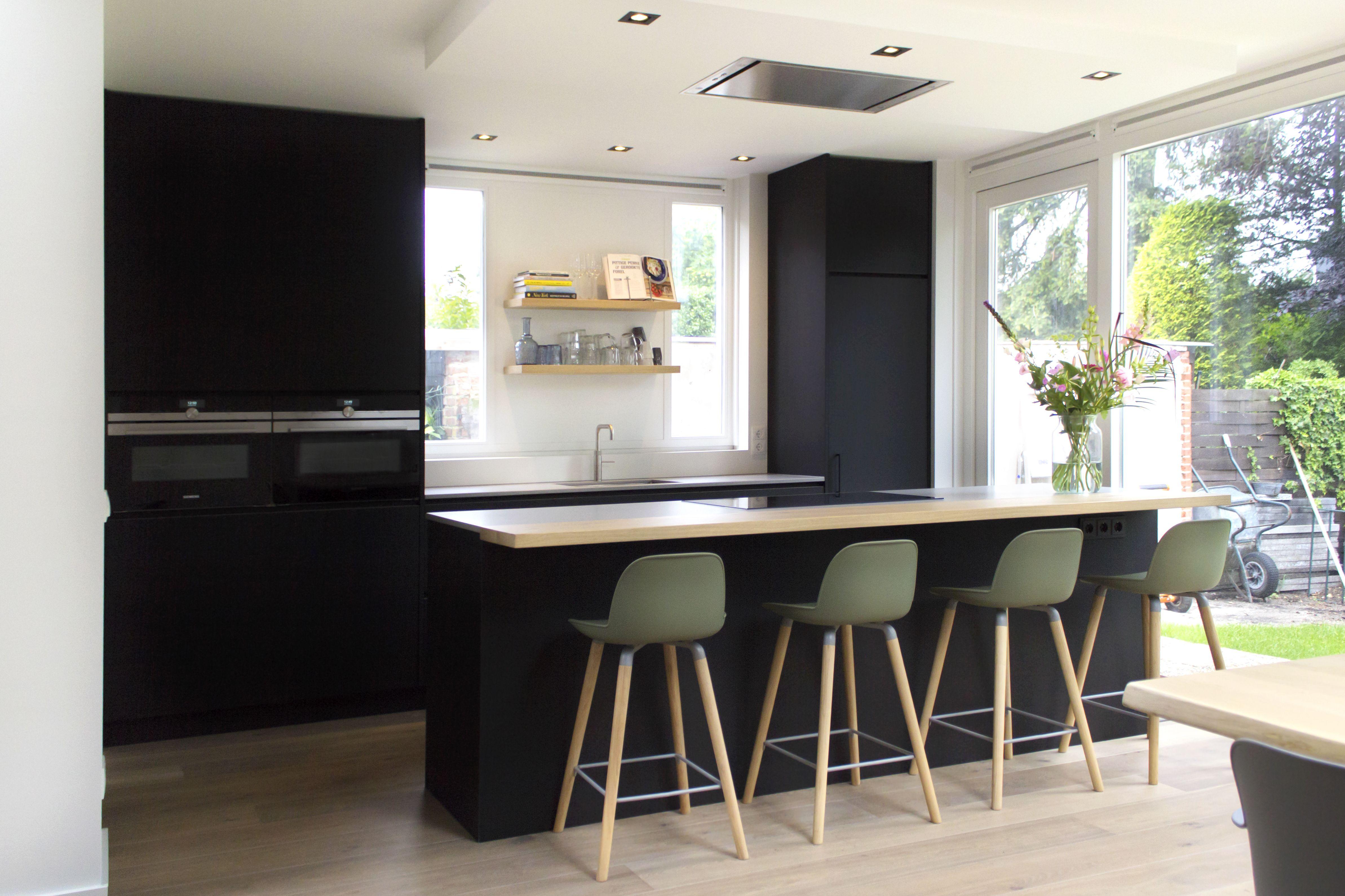 Moderne Zwarte Keuken : Moderne mat zwarte keuken met houten elementen robert tediek
