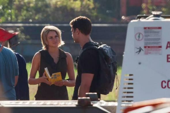 Shai talking to Theo on the set of Allegiant part 1 , in Atlanta