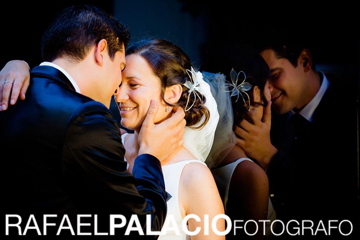 Foto De Recién Casados Reflejos De Su Amor Instante Robado Fotografia Boda Fotografia Fotos