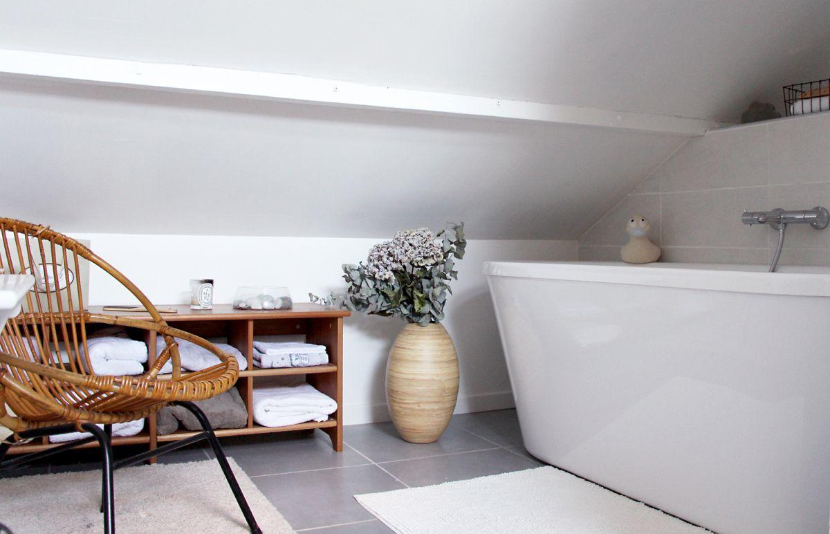 Sous couche et peinture blanche tollens dans la salle de for Peinture dans salle de bain