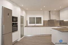 La #cocina cuenta con un equipamiento muy completo. Los electrodomésticos se encastraron para aprovechar al máximo el espacio. #kitchen #reformas #Barcelona