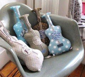 faire un coussin guitare les tutos couture coussins. Black Bedroom Furniture Sets. Home Design Ideas