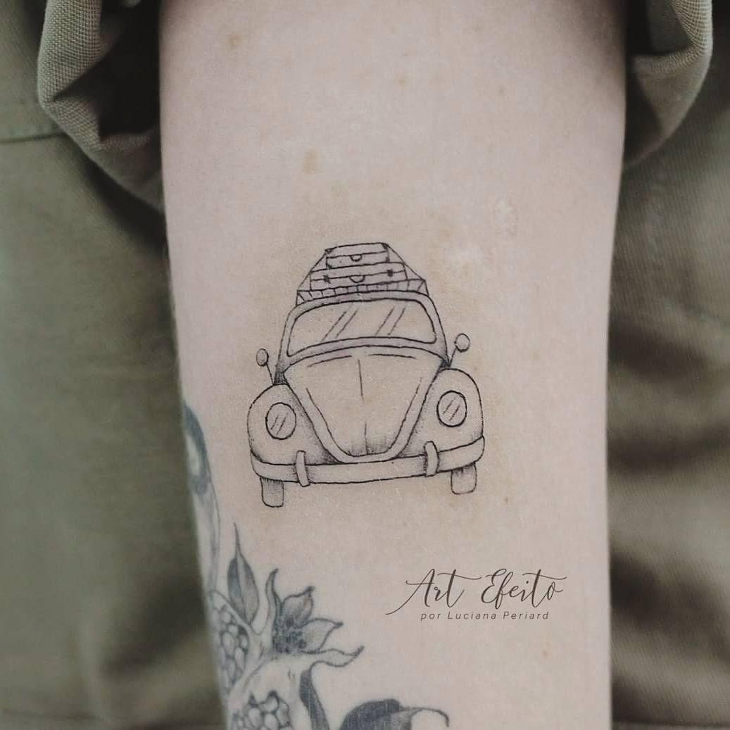 Para um coração aventureiro uma tattoo de fusquinha feito com linhas finas representa muito bem, e não se pode esquecer as malas de viagem. (Fusca, viagem, travel, wanderlust, wv, fine line, mini tattoo, tattoo Artist)