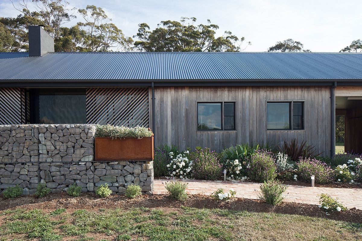 A Modern Barn In Australia Is The Perfect Low Tech Countryside Retreat In 2020 Long House Architect Rustic Contemporary