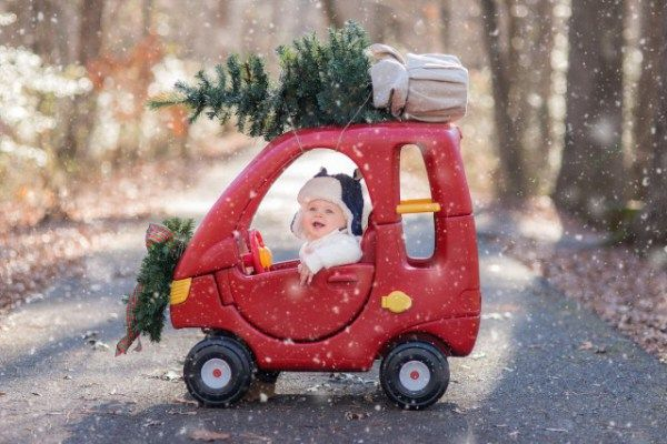 9 Creative Ideas For Holiday Cards Featuring Your Baby Family Christmas Pictures Christmas Photography Holiday Baby
