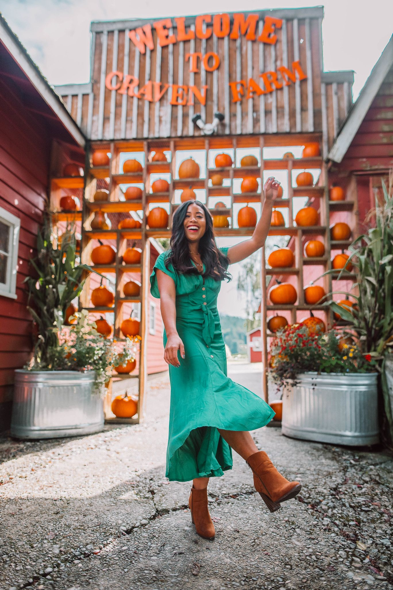 How to Pose at a Pumpkin Patch: 8 Poses You Can Try - Emma's Edition #pumpkinpatchoutfitwomen