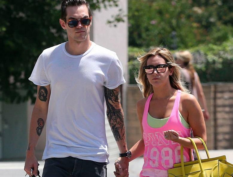 Ashley Tisdale y Christopher French pasean su amor. La cantante y actriz no se separa de su prometido, desde que anunciaron su compromiso esta semana. (El Mundo)