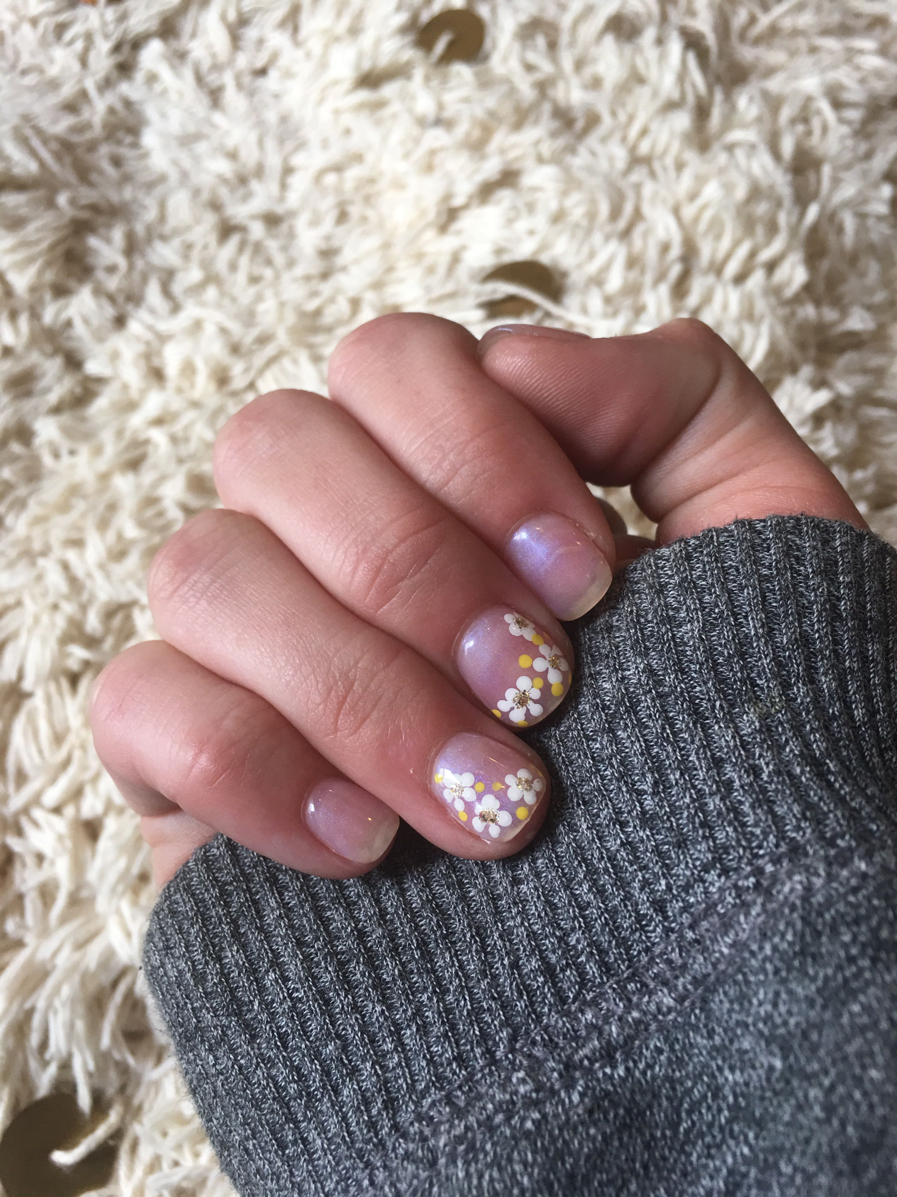 Short Natural Nails Super Simple And Sophisticated Marble Gel Nail Polish And Small Daisy S Pink Manicure Gel Nails Short Nail Designs