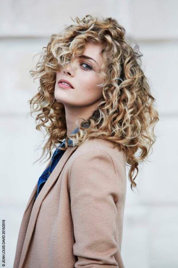 Permanente : la tendance coupe de cheveux fait son retour | Cheveux mi long boucles, Coiffure ...