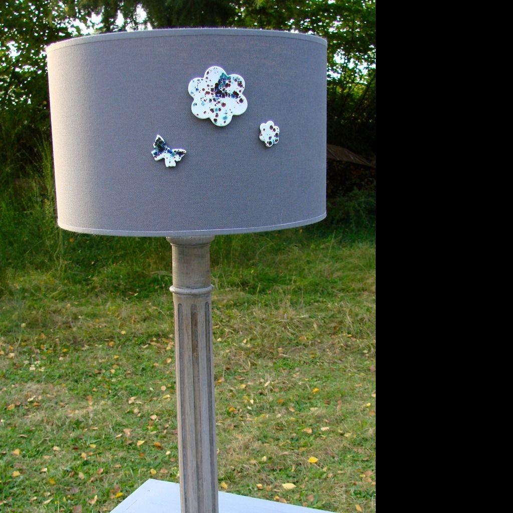 lampe bois & béton craquelé gris-bleu, abat-jour orné de céramiques