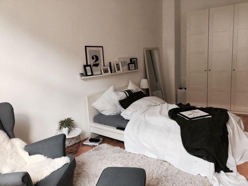 Sie Bringen Gemütliche Stimmung. Durch Die Schwarz Weiß Kombi Von Möbeln  Und Dekoration Wirkt Das Zimmer Sehr Modern! #schlafen #schwarzweiß  #blacknwhite ...