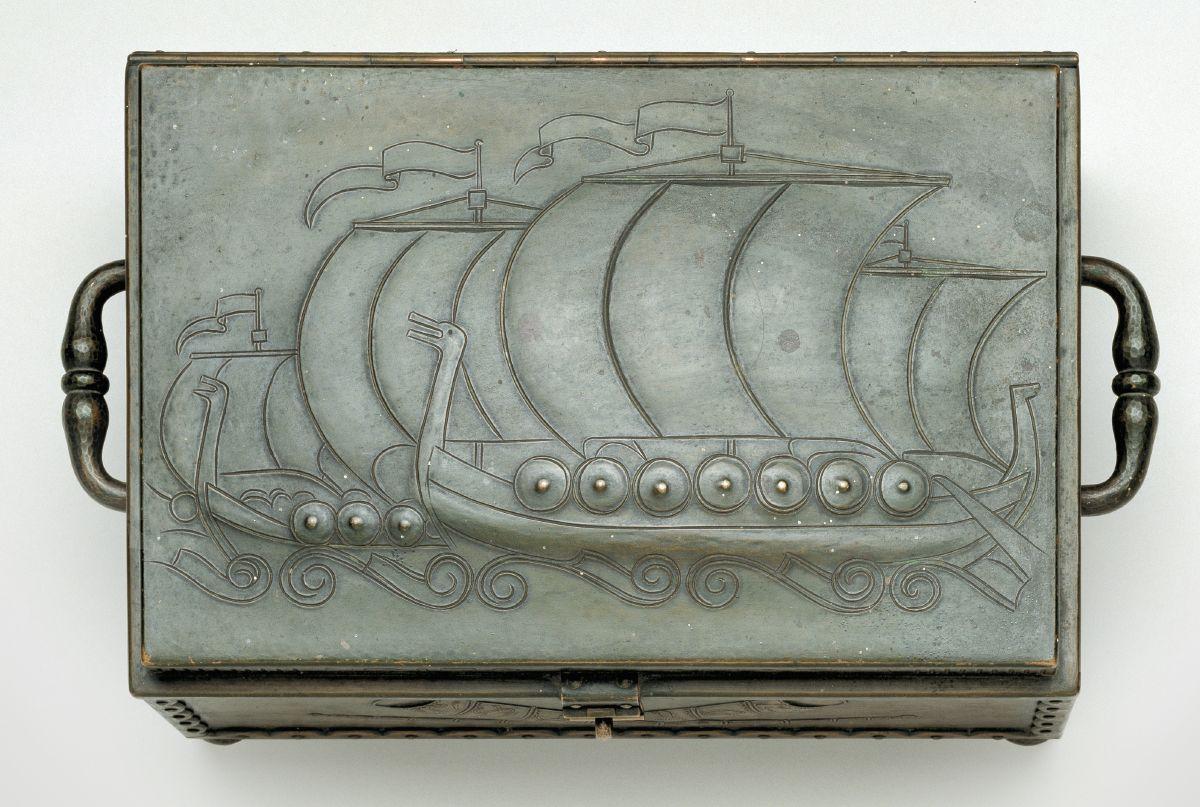 Metalskrin givet til DNSAPs fører, Frits Clausen på hans fødselsdag d. 12. november 1941. På låget er vist 2 vikingeskibe. På siderne, guldhornene, Hagekors og fødselsdato.