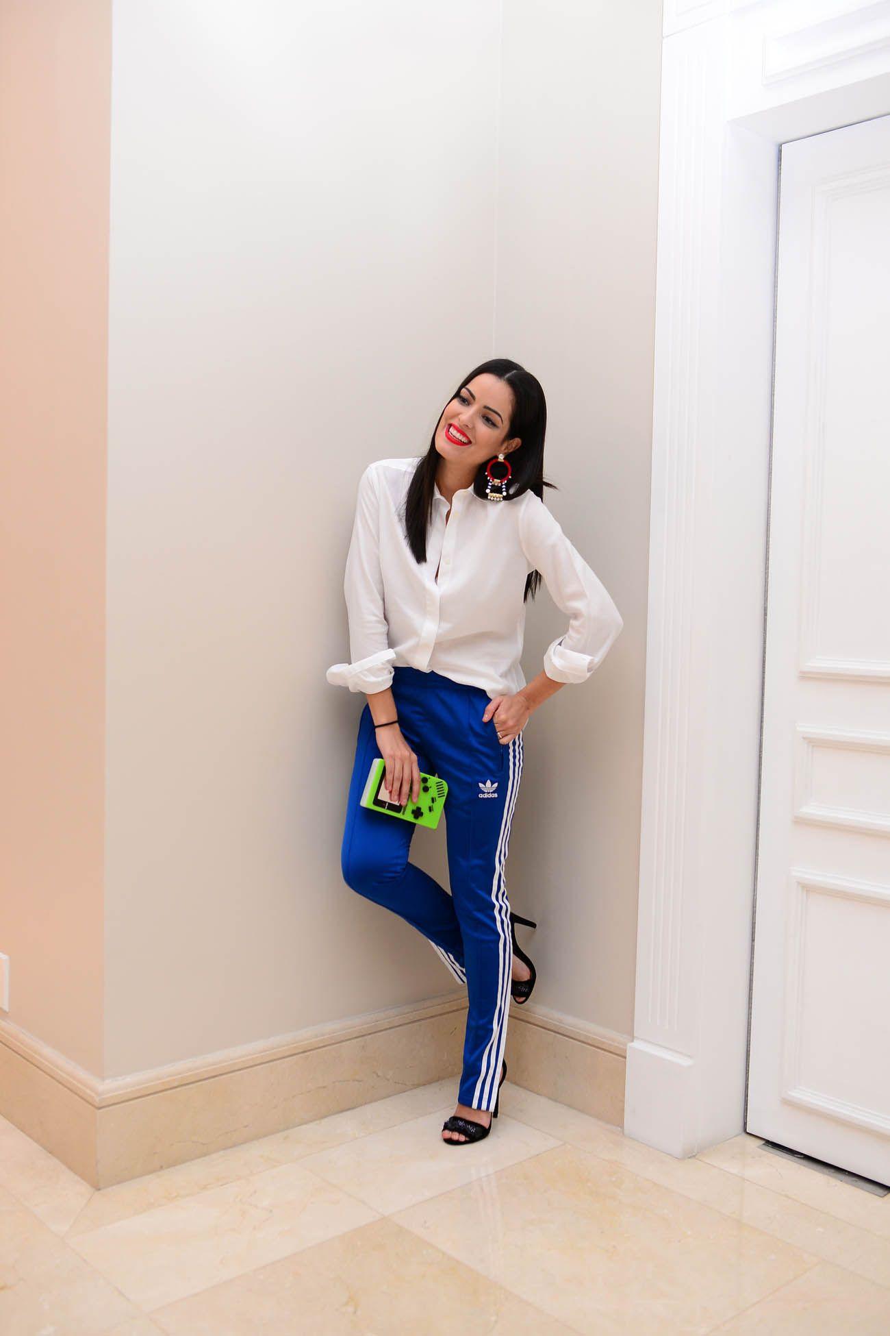 Já vi looks lindos com essa calça Adidas Originals e blusas mais  chamativas 5d7506c6345a4