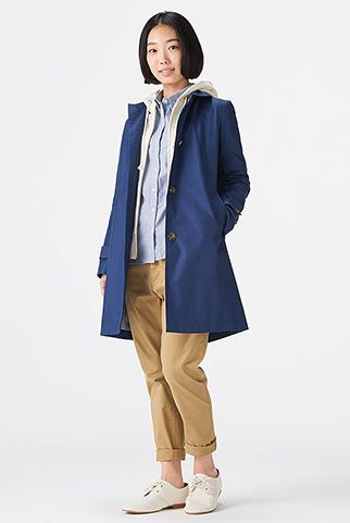 51ac29b9c936c7 青ステンカラーコート+チノパンのコーデ。ベーシックで春の装いにぴったり。