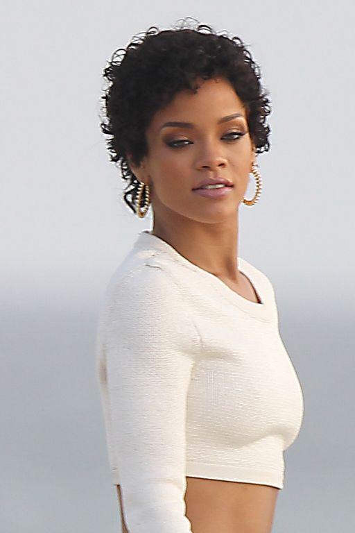 Rihanna : Une coupe courte sur cheveux ondulés pour un look na... | Cheveux courts bouclés ...