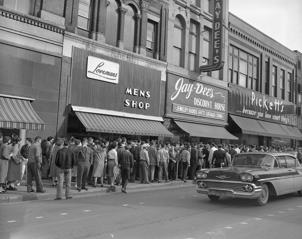 Newly Uncovered Photos Capture The Tense Atmosphere Outside A 1960 Tennessee Sit In Chatanooga Tennessee Downtown Chattanooga Chattanooga Tennessee