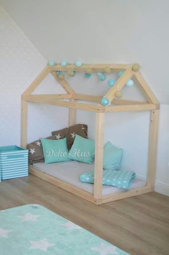 ein sch nes kinderbett kinderzimmer kuschelecke kinderzimmer kinderzimmer und jungen bett. Black Bedroom Furniture Sets. Home Design Ideas