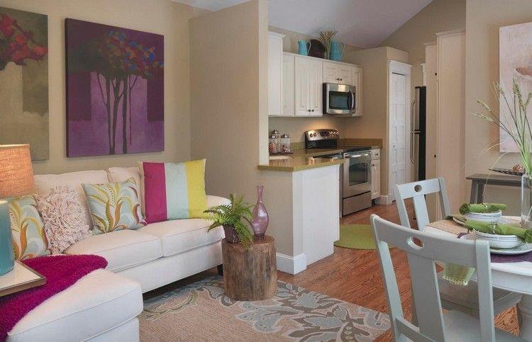 Küchenfronten, Sofa und Essmöbel in weiß, Dekorationen in Frühlingsfarben