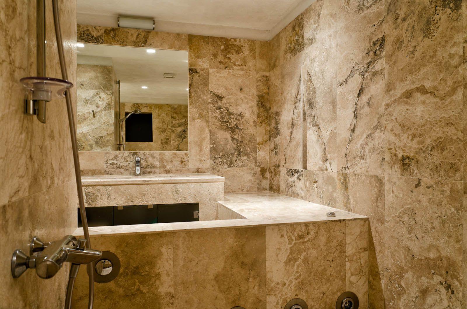 villa waddell in florence bathroom made with pietre di rapolano ... - Rivestimenti Bagno Pietra
