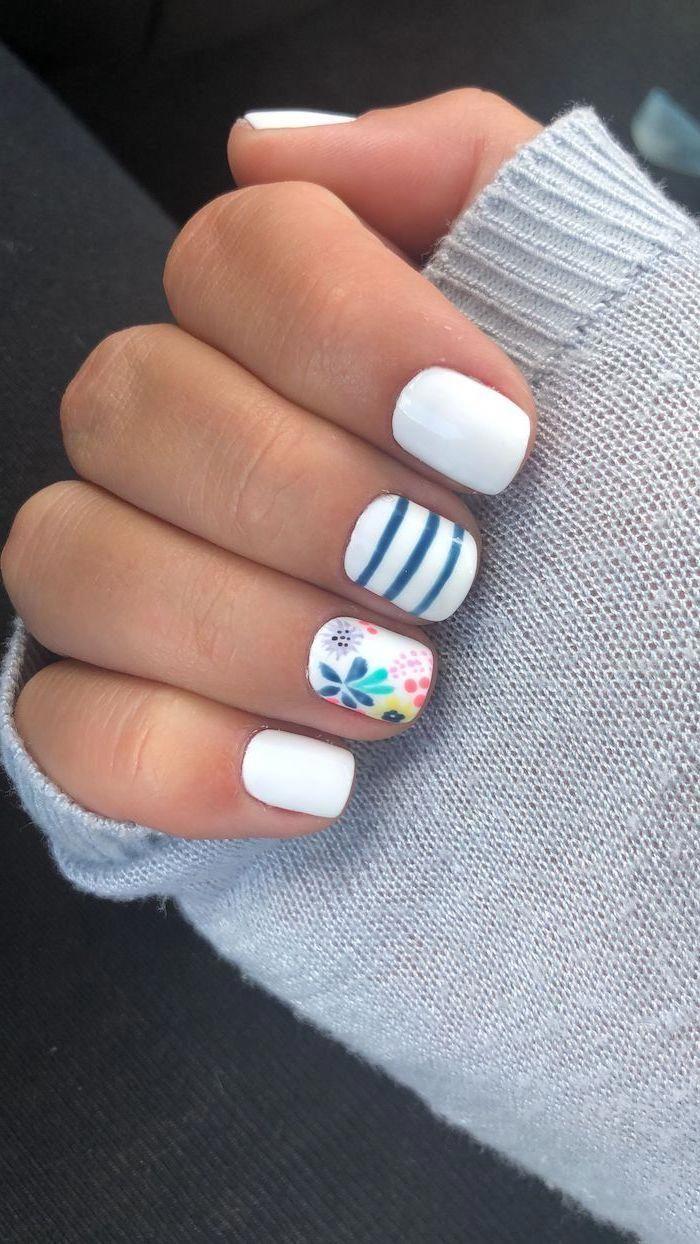 weißer und blauer Nagellack, florale Maniküre, trendige Nagelfarben, kurze quadratische Nägel, grauer Pullover #nailsspring