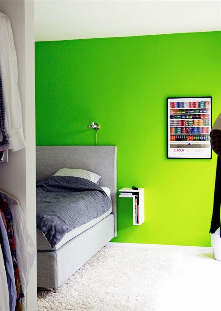Des couleurs vives pour une maison en bois noir chambres - Deco chambre vert et marron ...