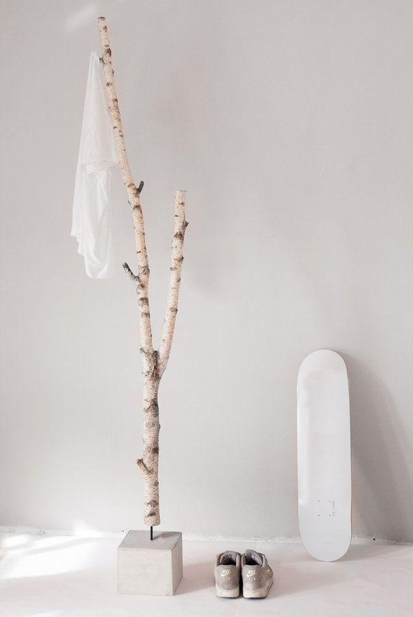 natürliche Garderobe aus Birke und Beton: