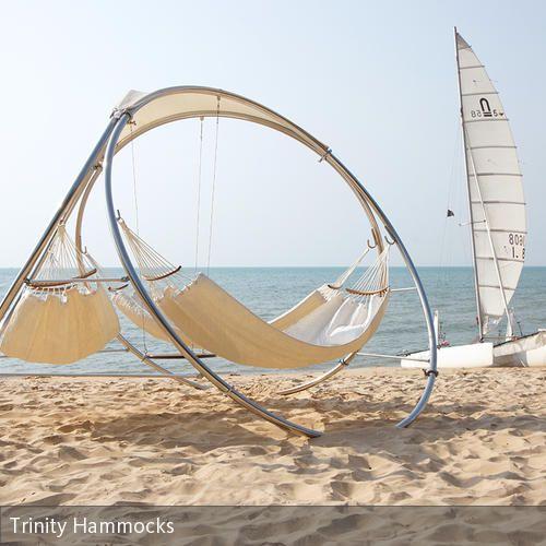 Großartig Dieses Futuristisch Anmutende Hängemattengestell Mit Drei Tuchhängematten  Bietet Eine Entspannte Liegefläche Im Garten Oder Am Strand