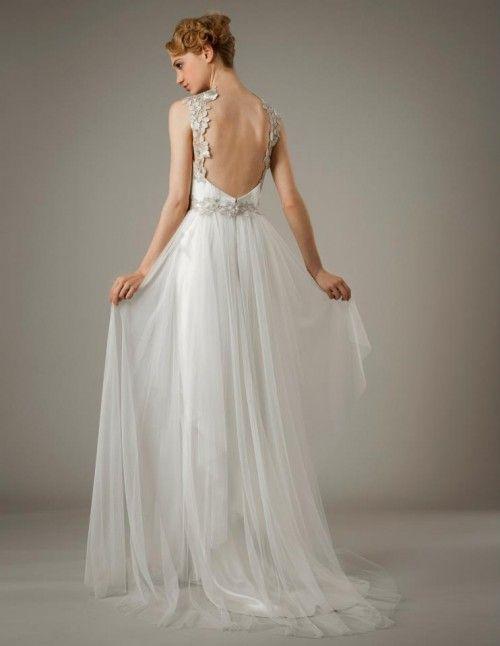 vestido de novia con falda de caída elegante y tirantes con apliqués