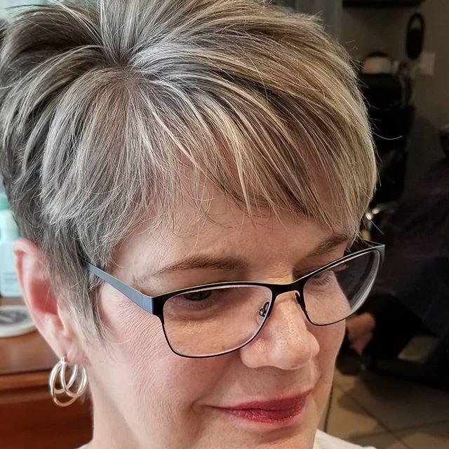 Freche Frisuren Für Frauen Ab 50 Mit Brille ...