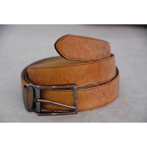 La fibbia ha un meccanismo di chiusura che permette di accorciare la cintura a piacimento. La cinta ha un supporto in materiale sintetico, non utilizza quindi  materie prime derivate da animali.