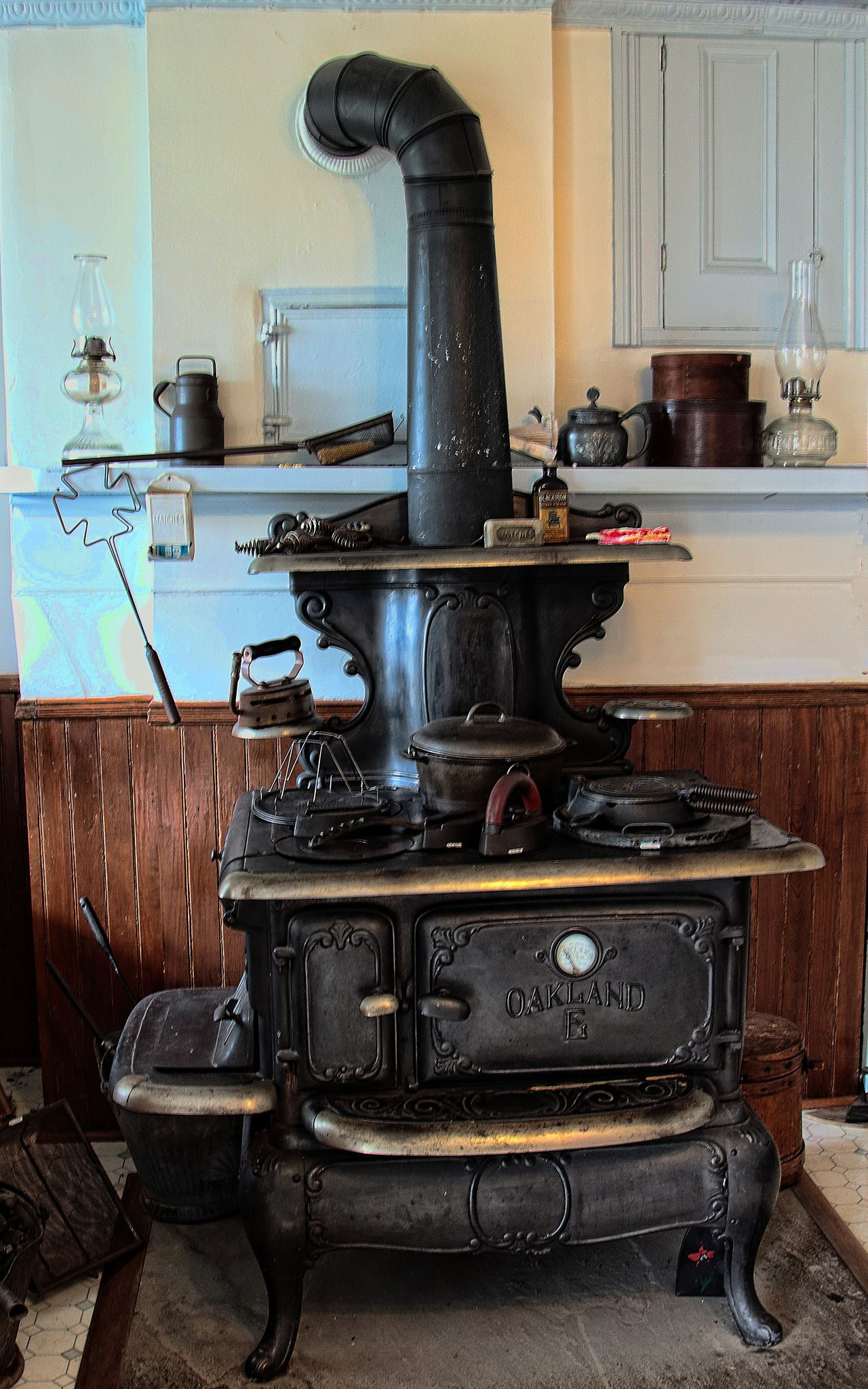 Cast Iron Stove in 2019 | Antique stove, Cast iron stove ...