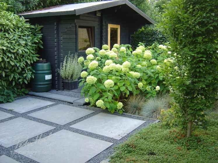 Grote Tegels Tuin : Tuin met split grote tegels vlonder en zuilbomen garden