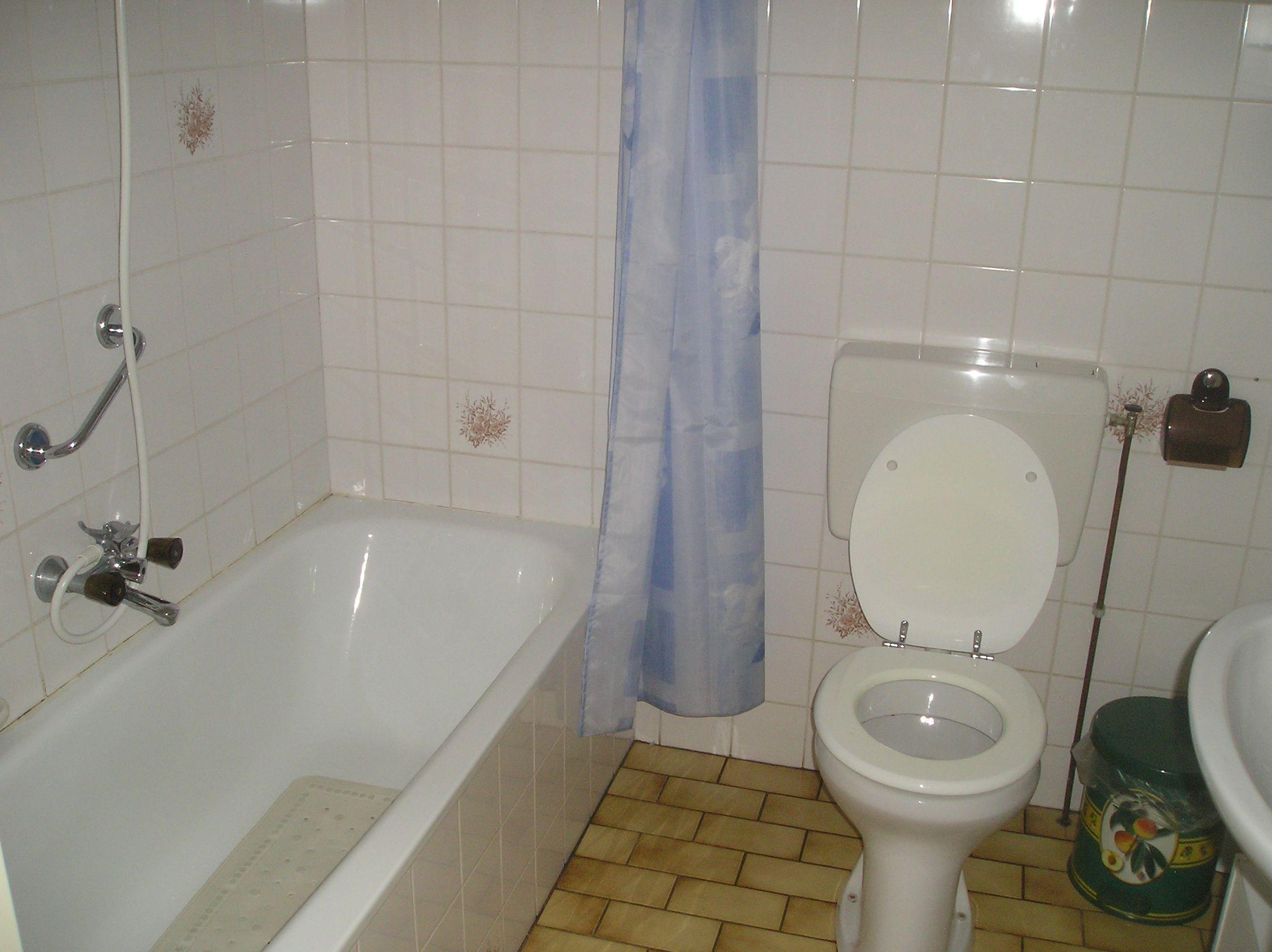 dit wordt mijn badkamer met ander vloerbedekkign en muurbedekking ...