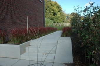 Strak tuinontwerp trap en helling in betontegels siergrassen imperata tuinontwerp axis - Tuinontwerp ...
