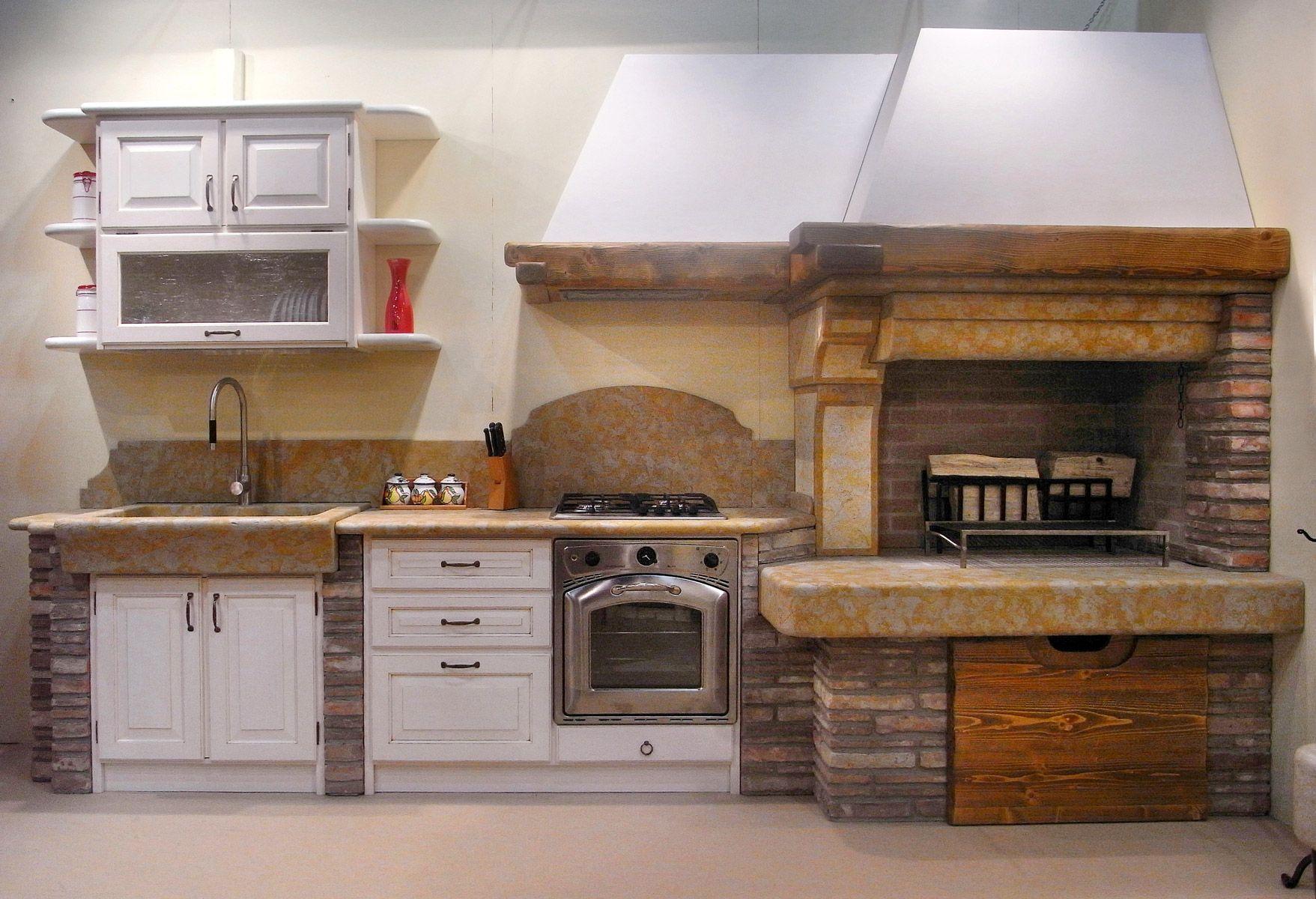 Cucina in muratura. Stile rustico. Caminetto taverna. Marmo Giallo ...