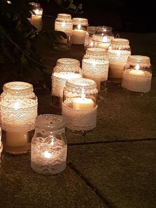 Tolle Windlichter müssen nicht viel kosten, einfach Einmachgläser mit Spitze bekleben ;) #candlediy
