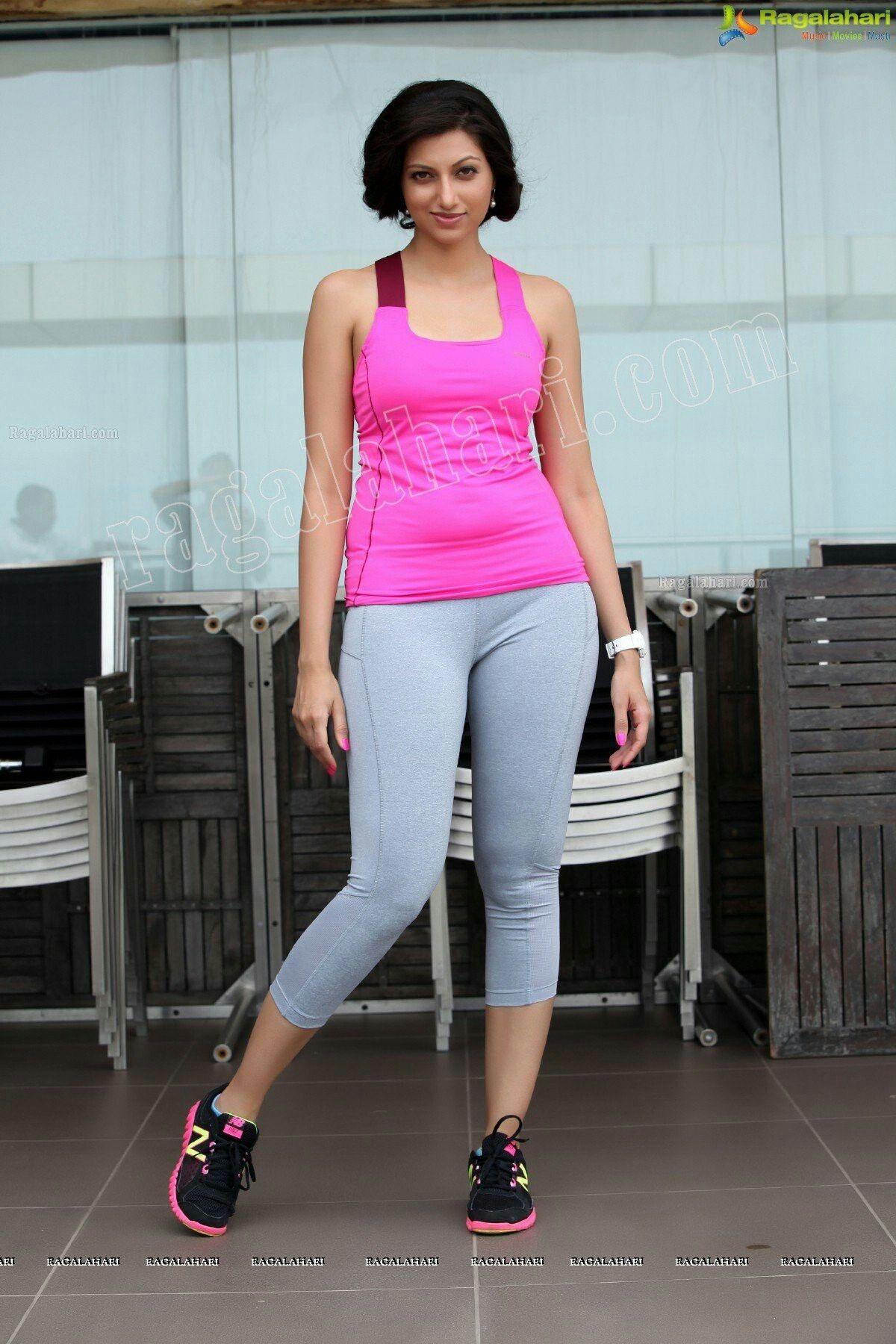 Aishwarya Rai Yoga Photo | Yoga pants hot, Hot pants ...