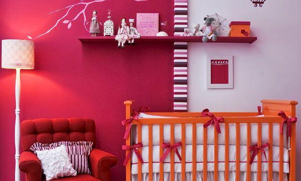 Diferente - Sem medo de ousar misture três cores consideradas fortes na decoração do quarto da menina: pink, vermelho e laranja. O segredo é pintar metade de uma das paredes de branco, de preferência no lado que fica o berço ou a cama da menina