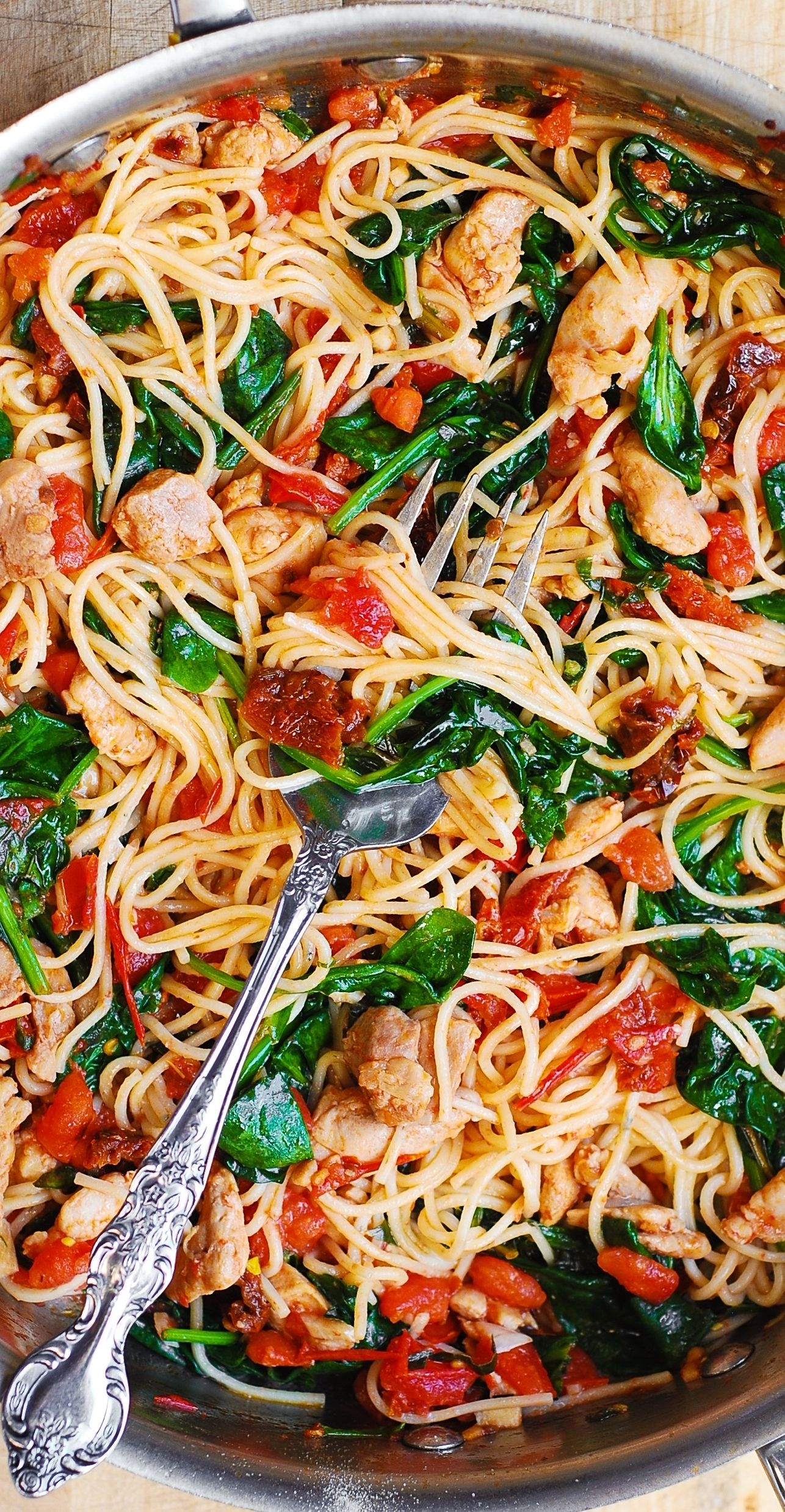 Tomato Spinach Chicken Pasta – this dinner recipe features pasta, fresh tomatoes, sun-dried tomatoes, fresh basil, spinach, garlic, and olive oil. It's a great Summer pasta recipe! Easy and quick! Only 30 minutes to make. A fantastic way to prepare chicken pasta using fresh vegetables! #tomatoes #spinach #chickenpasta #chickenrecipes #chickenbreast #Summer #Summerpasta #easydinner