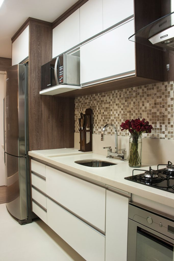 Cocina- revestimiento con venecitas y muebles blanco + madera ...