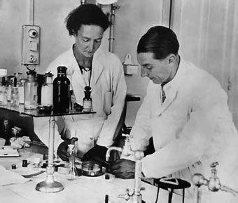 Irène Joliot Curie,miembro de la Comisión de Energía Atómica francesa(1946-1951),directora del Instituto del Radio desde 1947. Oficial de la Legión de Honor(1939)