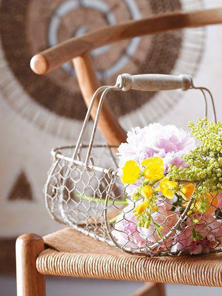 Flores frescas en una cesta de rejilla: ¡puro encanto!