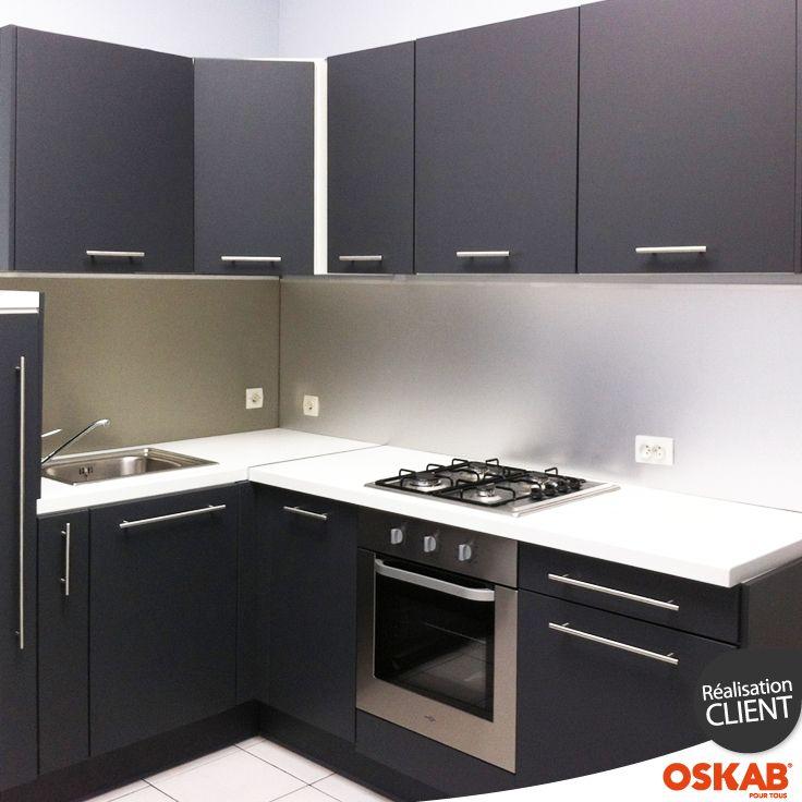 cuisine pour studio grise finition mate et moderne implantation en l plan de travail blanc. Black Bedroom Furniture Sets. Home Design Ideas