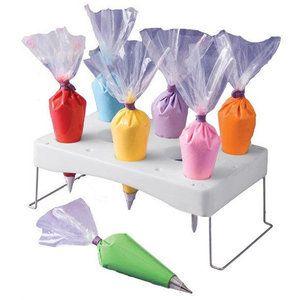 Puntzakkenhouder Voor eindeloze mogelijkheden: Voor ijsjes Voor spuitzakken Voor snoepzakjes Voor pretzakjes Is deze houder ideaal Materiaal:Plastic+metaal Afmeting: 29x1x11.5cm 12 gaten: 2 grot...