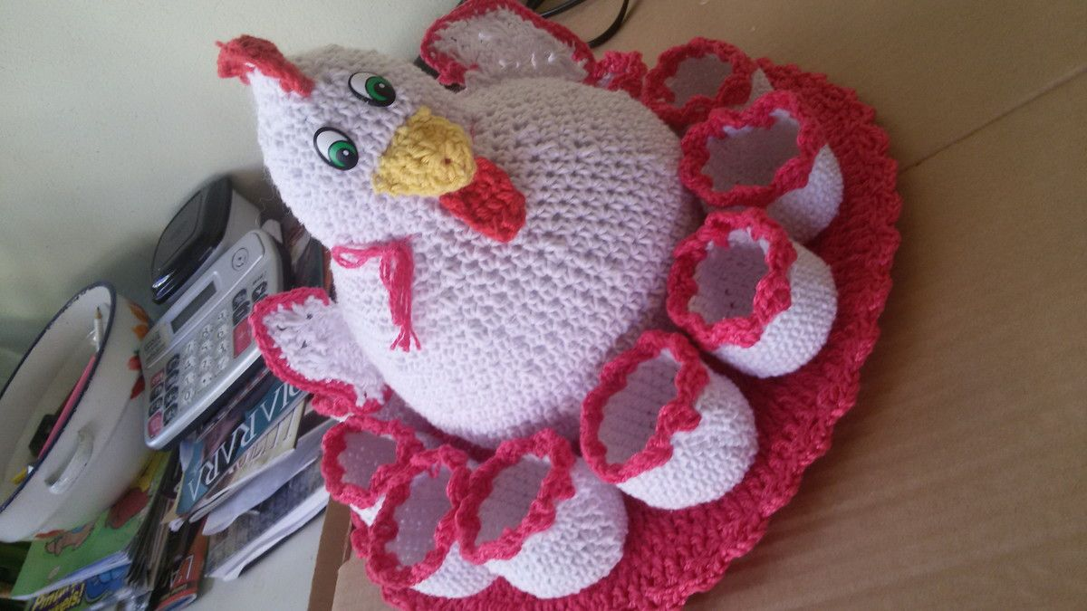 Galinha porta ovos croche pode ser deita em outras cores