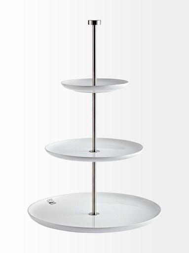 Tyylikkäässä tarjoiluastiassa on kolme tasoa. Lautasten halkaisijat ovat 15,5 cm, 23 cm ja 31 cm. Astian korkeus on 49 cm. Materiaali on posliinia ja terästä.